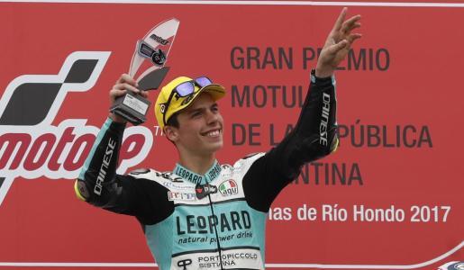 El piloto mallorquín Joan Mir de Honda celebra en el podio tras la carrera de Moto 3 en el Gran Premio de Motociclismo de Argentina.