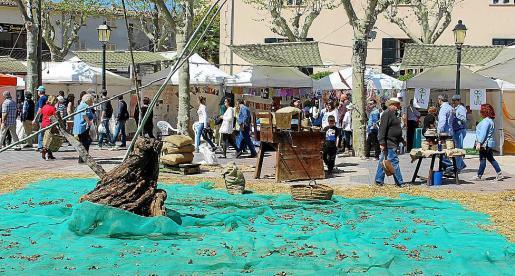 Las almendras y sus productos derivados ocuparon la plaza de la Vila.