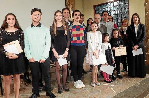 Premiados y finalistas, junto a miembros de Joventuts Musicals y patrocinadores.