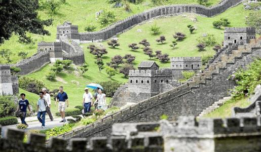 La Gran Muralla China es uno de los monumentos más visitados por turistas extranjeros y personas del propio país.