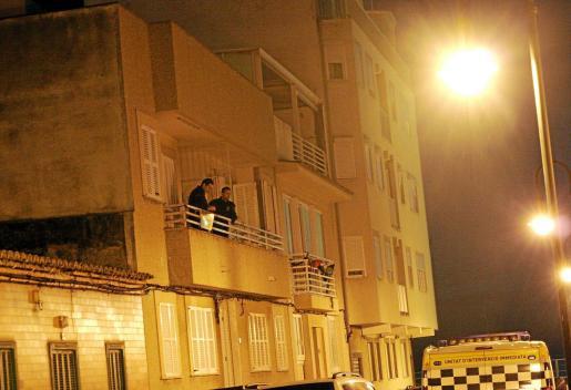 Los agentes inspeccionan el balcón por el que entraron los ladrones a la vivienda.