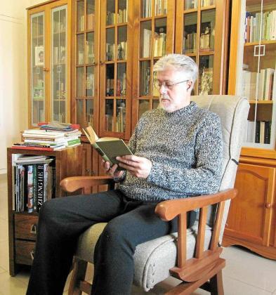 Jean Serra assegut a la seva llibreria.