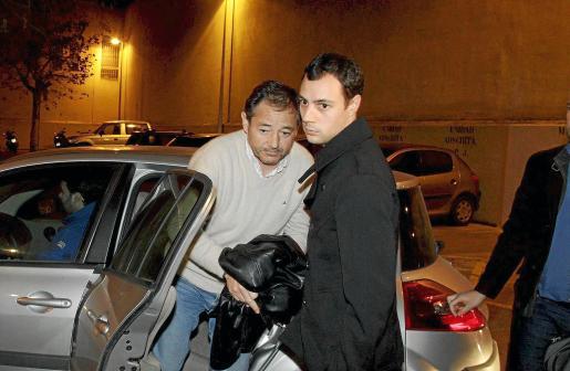 Simón Galmés Veny desciende del coche policial para declarar ante el juez