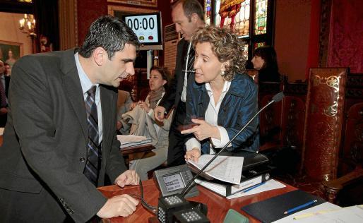 La alcaldesa Calvo y el portavoz del PP hablan en un pleno de Cort.