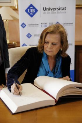 Carme Riera firmando el libro de honor de la UIB.