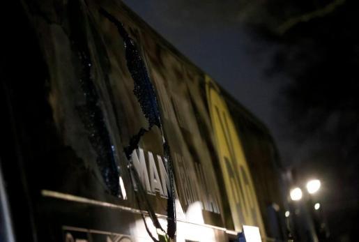 Vista de una ventana quebrada del autobús del Borussia Dortmund