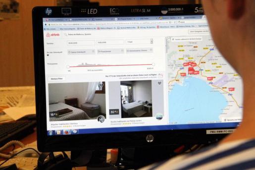 Un cliente busca viviendas vacacionales en Palma.