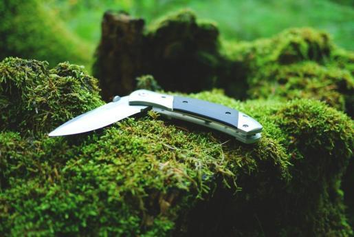 En el cacheo, al ahora arrestado se le intervino un cuchillo de casi diez centímetros de hoja.