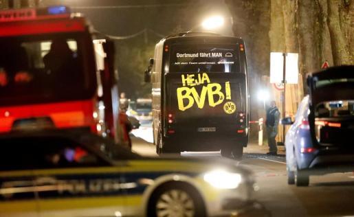 Imagen del autobús, cercado por coches de asistencias sanitarias y policías.