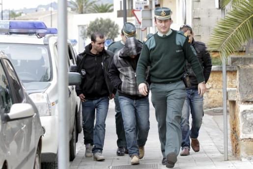 Algunos de los detenidos, en el cuartel de la Guardia Civil de Santanyí.