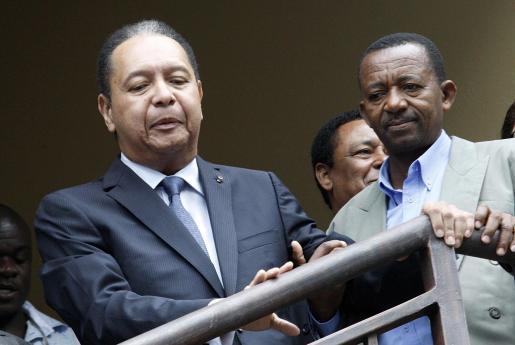 """El ex dictador Jean-Claude """"Baby Doc"""" Duvalier es escoltado a la Fiscalía de Puerto Príncipe para ser interrogado."""