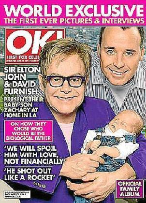 Elton John y su pareja con el pequeño Zachary, en la portada de la revista 'Ok'.