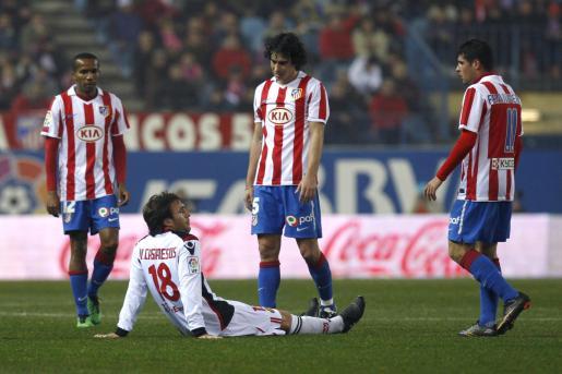 El delantero del Real Mallorca Víctor Casadesús, en el suelo rodeado por varios jugadores del Atlético de Madrid durante el partido disputado el pasado lunes.