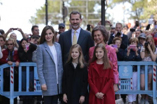 Los Reyes, sus hijas y doña Sofía posan a la entrada de la Catedral.