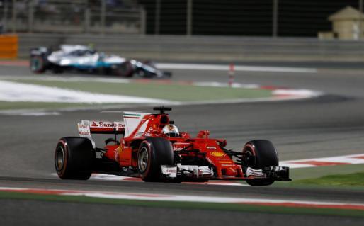 El alemán Sebastian Vettel conduce su monoplaza de Ferrari durante el Gran Premio de Bahréin de Fórmula 1.