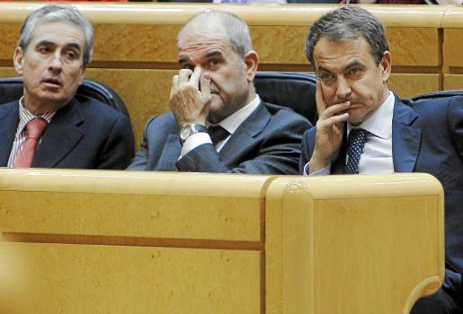 Jáuregui, Chaves y Zapatero, ayer en el Senado.