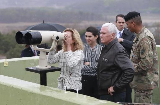 El vicepresidente de los Estados Unidos y miembros de su familia observan el Punto Ollet, a unos 25 metros de la zona desmilitarizada durante su visita. Este punto separa a las dos Coreas, y la visita se produce en un momento de máxima tensión.