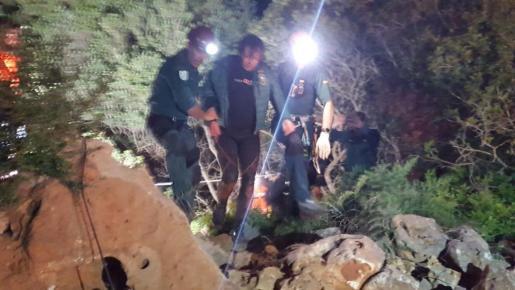 El buceador y espeleólogo Xisco Gràcia, en el momento en que ha salido de la cueva acompañado por los GEAS que han realizado su rescate.