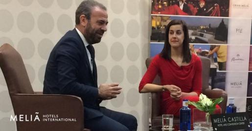 Gabriel Escarrer y la campeona olímpica de bádminton, en el acto de presentación de su relación de patrocinio, en Madrid.