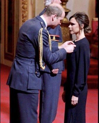 En la imagen, el momento en que Victoria Beckam recibe la Orden del Imperio Británico.