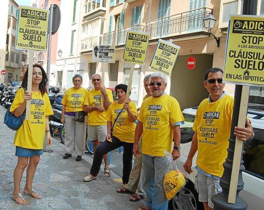 Los afectados por las cláusulas suelo han protagonizado varias protestas ante los juzgados de sa Gerreria, como la de la imagen.