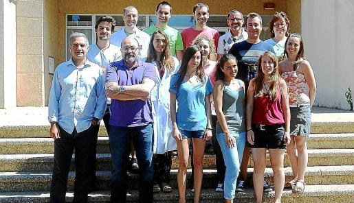 Busquets y Escribá, a la izquierda, junto a su grupo de investigadores en una imagen de 2014.