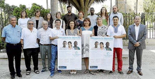 Autoridades y asociaciones en la presentación de la campaña de recuperación de derechos sanitarios.