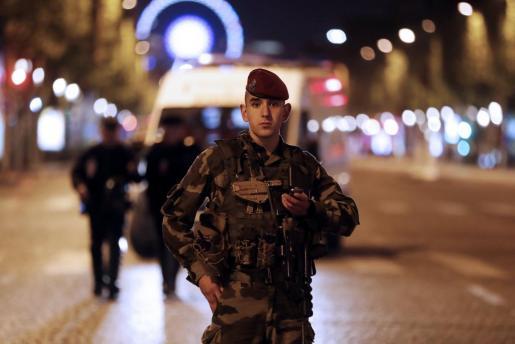 Francia ha lanzado una orden de busca y captura contra un presunto terrorista, sobre el que ha recibido informaciones de Bélgica, y que podría estar implicado en el atentado perpetrado anoche en París, indicó el portavoz del Ministerio francés del Interior, Pierre Henry Brandet.