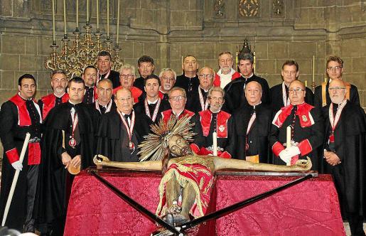 Los 'prohoms' -encargados de custodiar la santa imagen- y los 'sobreposats' -portadores del Sant Crist-, ante la imagen del Crist de la Sang.