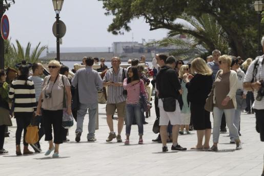 Numerosos visitantes durante el puente de mayo de hace unos años.