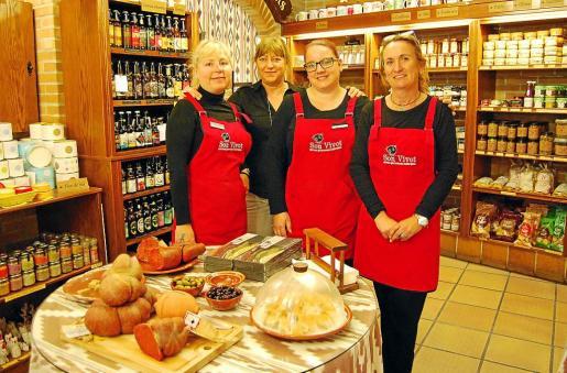 Las dependientas Francisca Llompart, Neus Perelló y Catalina Bauzá con Marga Abad, copropietaria, posan junto a una selección de productos de degustación.