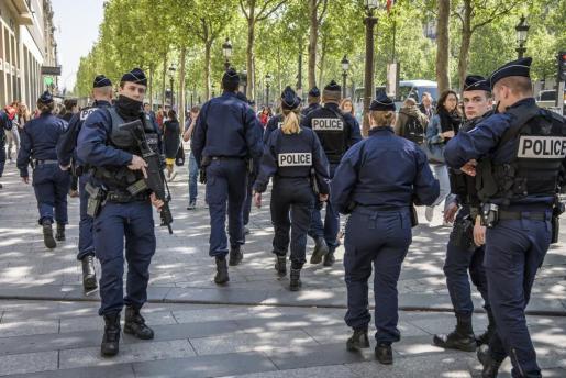 Miembros de la policía tras guardar un minuto de silencio.