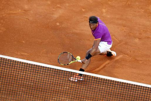 El tenista español Rafa Nadal devuelve la bola al argentino Diego Schwartzman durante el partido de cuartos de final del Masters 1000 de Montecarlo.