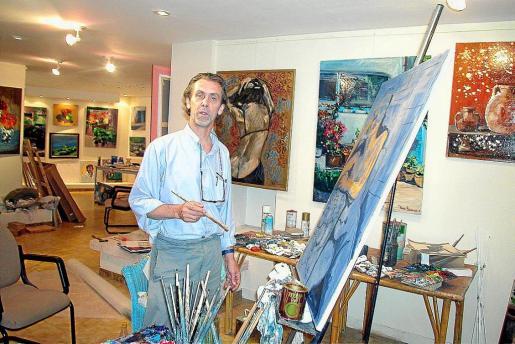 Jorge Bascones, junto a una de sus obras, en su taller, en una imagen tomada en 2002.