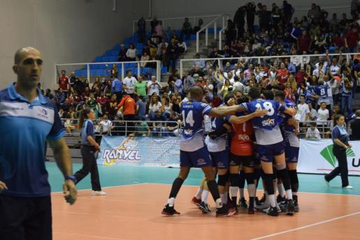 Los jugadores del Can Ventura celebran la victoria en el primer partido de la serie final, en el Moisés Ruiz.