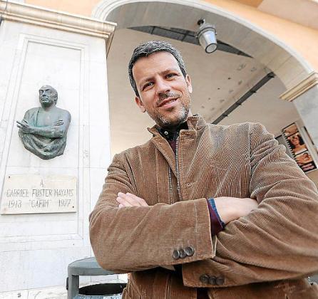 Aguilera, junto al busto de Gafim en la Plaça Major.
