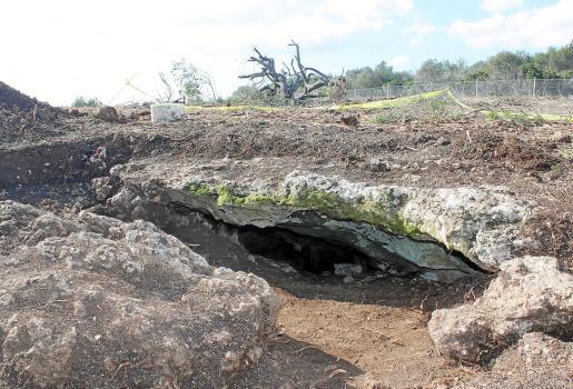 La cueva está señalizada con una cinta de color amarillo y se ha descubierto gracias a unas prospecciones. Fotos: G.M.