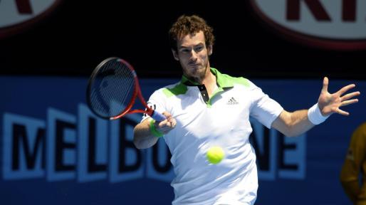 El escocés Andy Murray devuelve la bola al español Guillermo García-López.