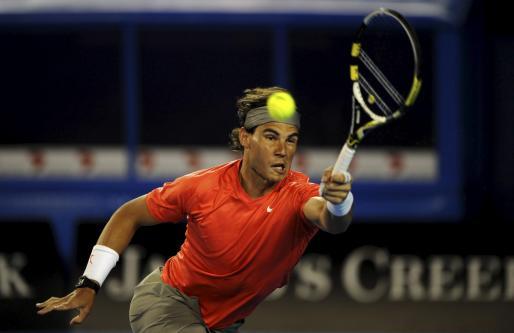 El tenista español Rafa Nadal devuelve la bola durante el partido contra el australiano Bernard Tomic.