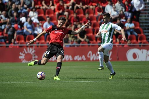 Héctor Yuste, a punto de centrar durante el partido que ha enfrentado al RCD Mallorca contra el Córdoba.