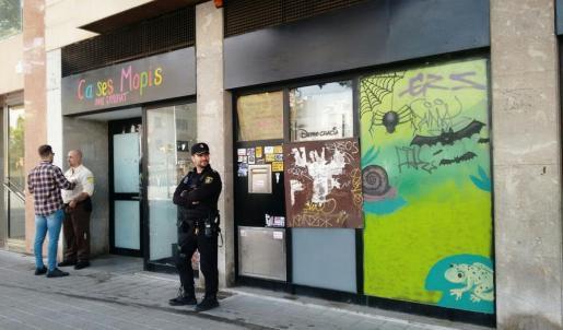 Imagen del exterior de la oficina 'okupada' una vez ha sido desalojada.