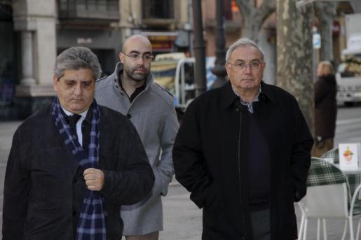 A la derecha, el ex alcalde de Muro, Jaume Perelló, a su llegada a la Audiencia.