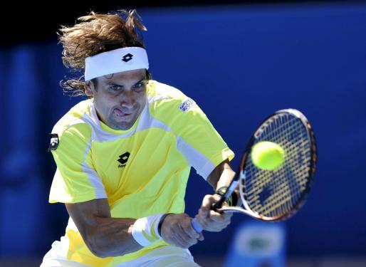 El tenista español David Ferrer devuelve la bola al canadiense Milos Raonic durante su partido de la cuarta ronda del Abierto de Australia.