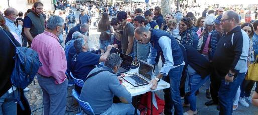 Mucho ambiente 'fironer' en la plaza donde los sábados por la mañana se forman colas para registrarse como participante.