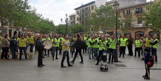 El grupo de funcionarios que se congregó a las puertas del Ajuntament fue de unas 70 personas.