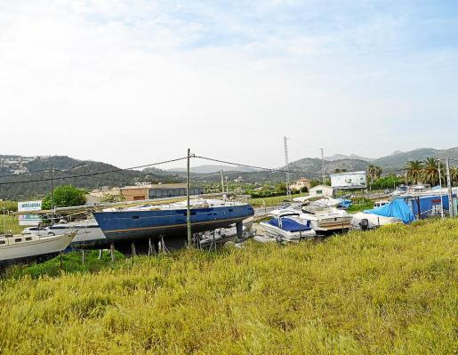 La carretera del Port de Andratx se encuentra flanqueada de marinas secas.