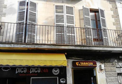 El ladrón trepó por la fachada del estanco de la calle Miquel Verdera de sa Pobla.
