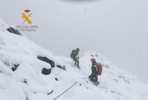Los cuerpos de los montañeros fueron encontrados el martes por la tarde en una zona escarpada de difícil acceso, donde el miércoles se acumularon hasta 10 centímetros de nieve.
