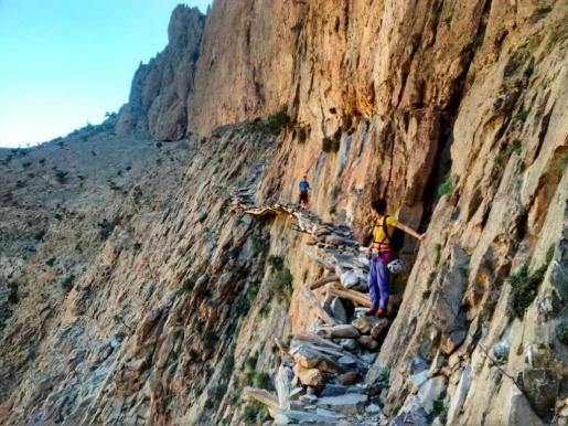 Colom, en primer término, cruzando un tradicional paso bereber en Taghia.