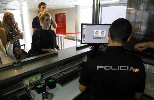 Un agente de policía, en un control del aeropuerto de Palma.